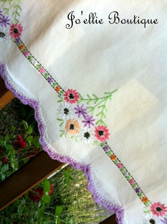 vINTAGE...FLORAL ..... eMBROIDERED....aND cROCHETED .....pILLOWCASE sET.... pURPLE...pINK...sCALLOPED....LINENS
