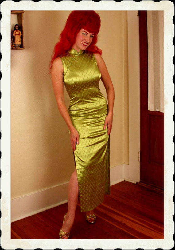 KILLER Dragon Lady 1960's Chartreuse Green Hourglass Rosebud Print Stretch Satin Cheongsam Suzy Wong Long Cocktail Gown - VLV - Size M