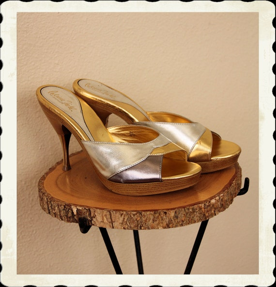 KILLER 1950's Style Faux Wooden Platform Polly High Heel Mules by Designer Patricia Field - Metallic Gold & Silver - Metal Tips - Size US 8