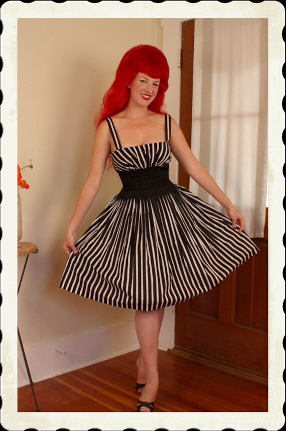 STUNNING Chic 1950's Style New Look Black & White Striped Cotton Voile Sun Dress w/ Intricate Stitch Pleating - High End - VLV - Size L