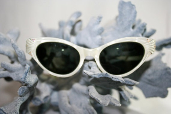Vintage White Cat Eye Sunglasses with Sparkles and original gold case.....F