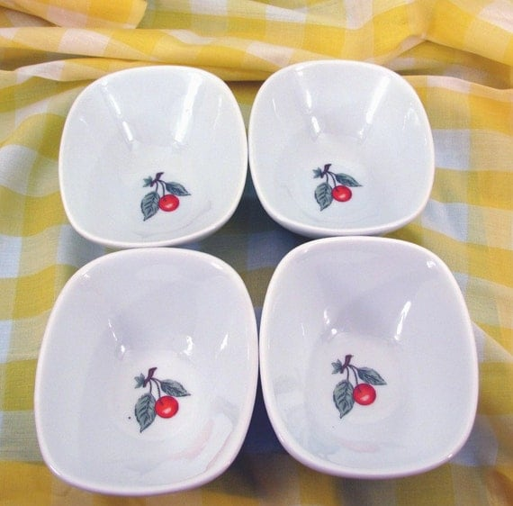 Set of small bowls with retro cherry design