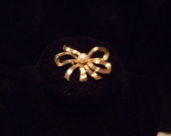 Vintage funky gold and faux pearl brooch
