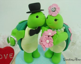 Custom Wedding Cake Topper--Love turtle couple with sweet kiss and circle clear base
