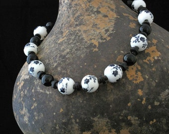 Chic Elegant Black/White Asian Floral Necklace