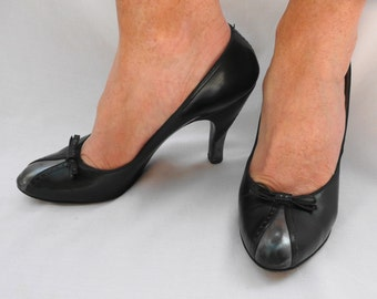 Heels sexy black and silver pumps with little bow by Pandora Footwear 1940's women's shoes Hudson's Woodward Shops Detroit very small size 6