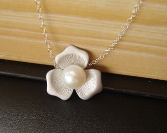 SILVER Magnolia Necklace, White Pearl Necklace, Flower Necklace, Maid of Honor Gift, Pearl Jewelry, Bridesmaid Jewelry, Bridal Party Gift