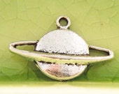 5 silver Saturn planet charms pendants astronomy mystical earth sun 21mm x 14mm Free Combined Shipping - C0392-5