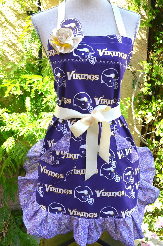 Vikings NFL Print Lavender Womens  Ruffled  Full Apron With Team Pin