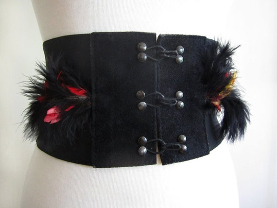 70s Feathered Belt in a Black stretch and hook closure sz Medium