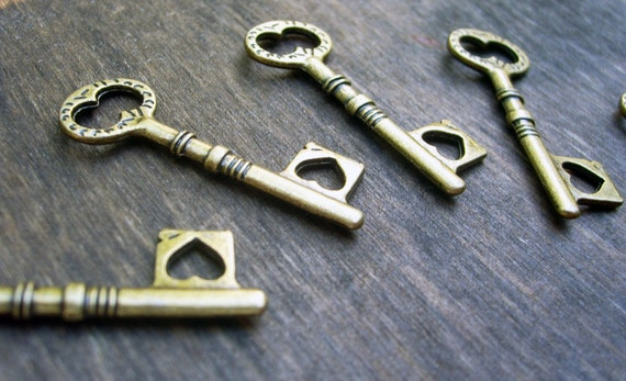 Antiqued Bronze Skeleton Heart Keys 4 pcs Charms/Pendants Steampunk Vintage Old Style