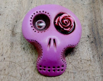 Fuschsia sugar skull with a hot pink rose his eye. Brooch, keychain, pendant or magnet (you choose)
