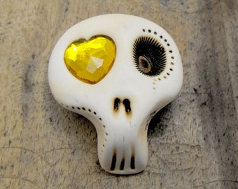 White sugar skull with a shiny yellow heart in his eye. Very minimalist! Brooch, keychain, pendant or magnet (you choose)