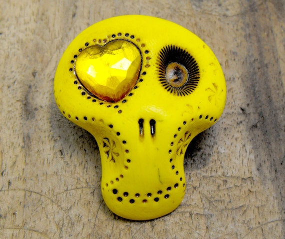 Sugar skull brooch with a shiny heart in his eye. Totally yellow. Sunshine or lemon tone. Brooch, keychain, pendant or magnet (you choose)