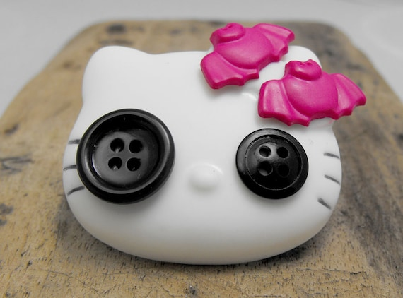 Gothic / Emo Hello Kitty brooch with buttons in her eyes and fuchsia bats on ther head