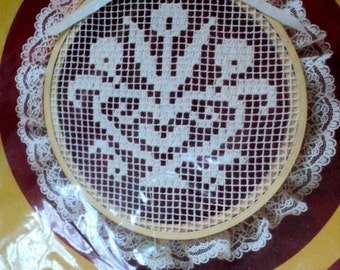 """Vintage - Hearts and Flowers Lace Net Darning Kit - 8-1/2"""" in diameter - Creative Circle"""