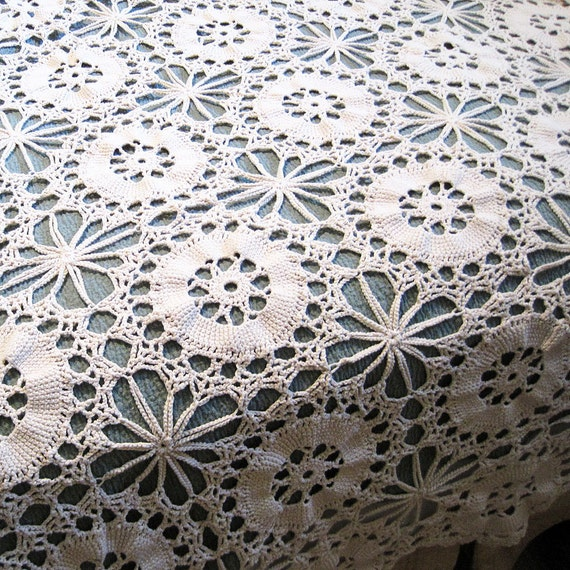 Vintage Crocheted Tablecloth / Bedspread, Off White, Cotton from Mateacovintretro