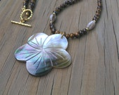Mother-of-Pearl flower pendant necklace