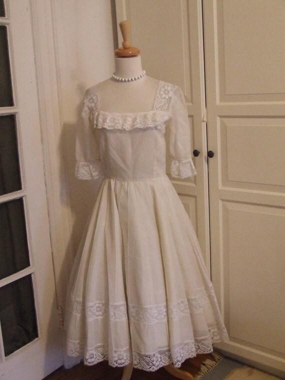 ON SALE - VINTAGE 50s Tea Length White Cotton Full Circle Wedding/Party Dress with Lace Trim, Size M/L