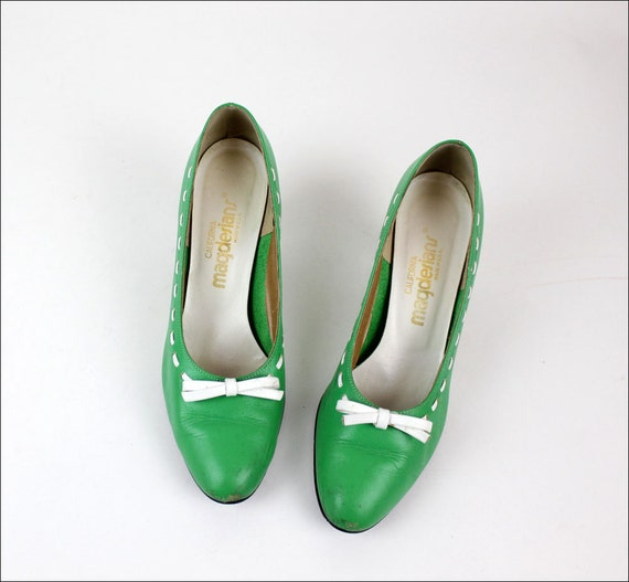 green heels 8 1/2 mod leather pumps w/ bows