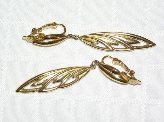 Vintage Trifari dangling gold tone feather earrings