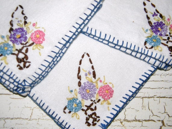3 Vintage Linen Napkins Cottage Chic Embroidered Flower Basket 40s French Knot