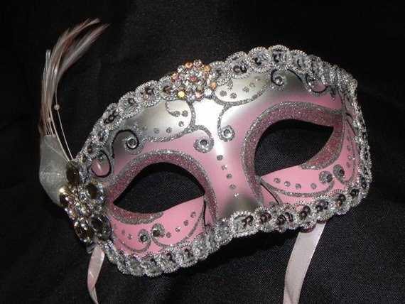 foto de Pink and Silver Feather Masquerade Mask