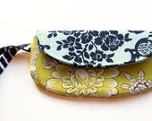 wristlet / summer fashion / mustard black floral damask