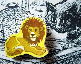 very vintage wooden brooch - sitting lion