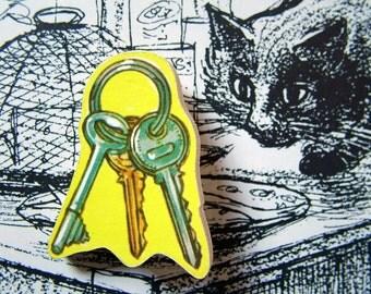 very vintage wooden brooch - house keys
