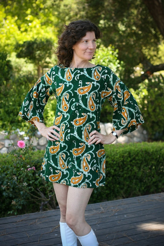 Vintage Dress - Minidress in Green Batik with Golden Paisley Pattern and Bell Sleeves - 60s