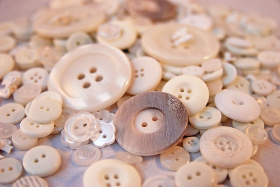 100g Mixed Pearly White Buttons