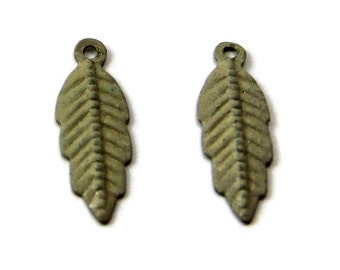 feather charm, double-sided olive green patina 20x7mm - 2 charms (346OD)