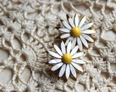 DAISY. Vintage flower earrings, white and yellow daisy flower clip-ons.  Fab for a mad men summer BBQ, 50s 60s, mid century, boho bohemian.