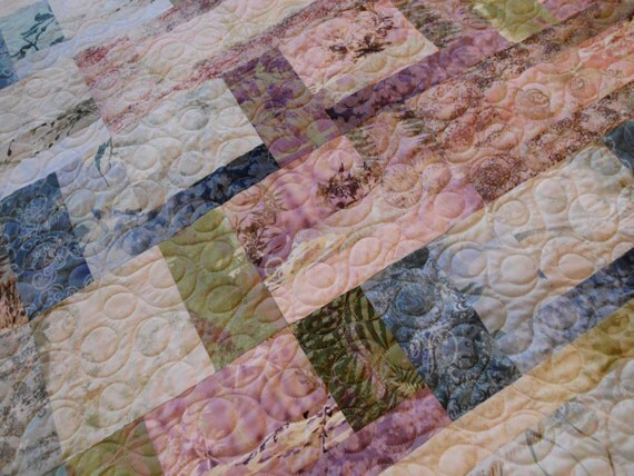 Peaceful columns bed quilt