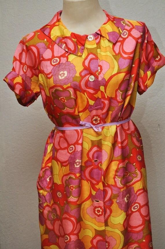 Vintage Ladies Housecoat or Dress Psychedelic Flower Print 1960s Era