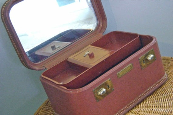 Spring Sale Vintage 40s Higgins Train Cosmetic Case with Key