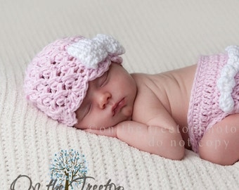 NEWBORN Baby Girl Hat, 0 to 1 Months Baby Girl Hat, Girl Flapper Beanie, Pale Pink with White Bow. Newborn Photo Props. Baby Shower Gift.