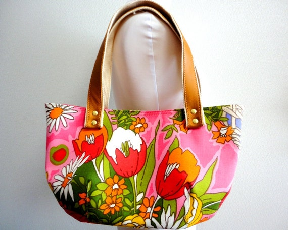 Fall/Winter sale: FREE SHIPPING! Vintage novelty floral bag purse with Real leather handles - Retro floral fabric in Pink with Tulip prints.