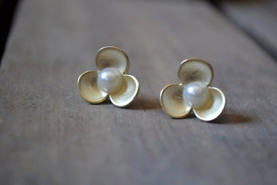 Gold & Pearl Flower Post