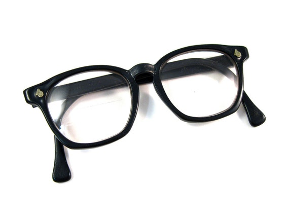 Horn Rimmed Glasses are a type of thick vintage eyeglass frames made of horn, tortoiseshell or dark thick plastic. Named after the original material used which was horn or shell, the definition has become more flexible, commonly referring to as a pair of dark, thick, plastic eyeglasses.