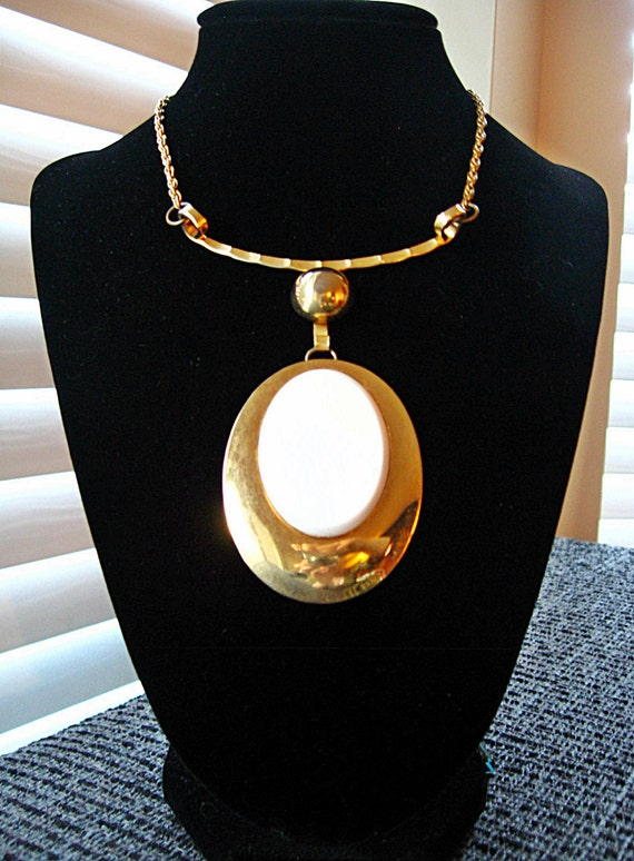 Vintage 60s MOD Gold and White Oval Medallion Necklace