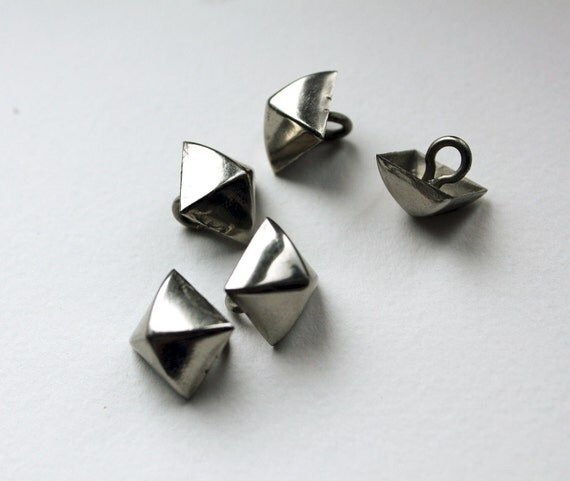 Metal shank buttons silver square pyramidal