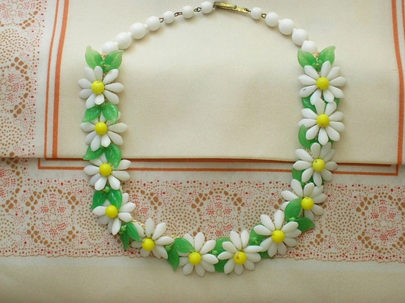 Vintage 1960s Daisy Flower Necklace