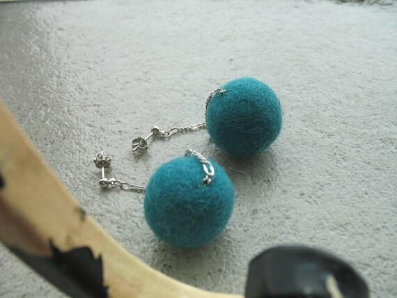 Long studs earrings with green felt wool balls Green bubbles