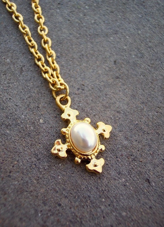 Florence - Vintage Etruscan 1980s Gold Cross Necklace with Luxurious Faux Pearl