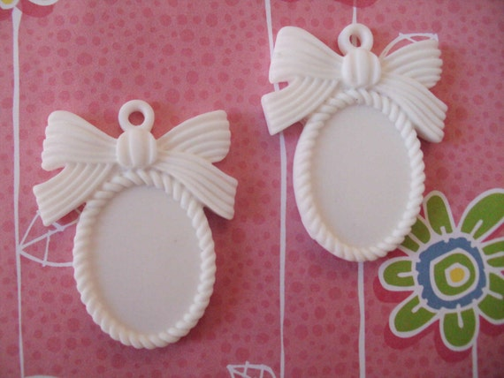 Sale---White resin cameo setting with bow fits with cameo  18x25 mm    2 pcs
