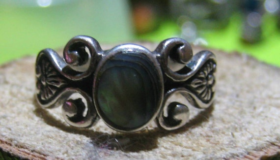 Vintage Sterling Silver Victorian Style Ring with Mother Of Pearl Setting Ladies Ring Size 8 1/2