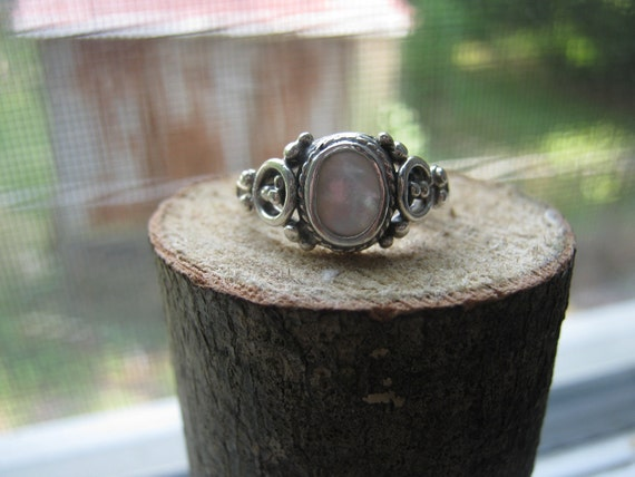 Vintage Sterling Silver Ladies Ring Victorian Style with Mother of Pearl Setting Ladies Size 7 1/4