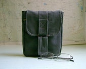 Hip bag for men, in olive green cotton canvas. Practical and trendy.